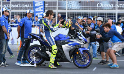 Rossi in sella ad una Yamaha R3